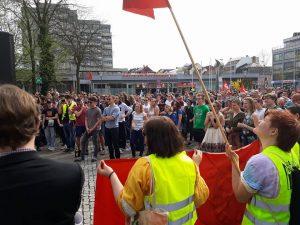 Blick auf die Demonstrantinnen und Demonstranten gegen das Polizeiaufgabengesetz auf dem Rathausplatz