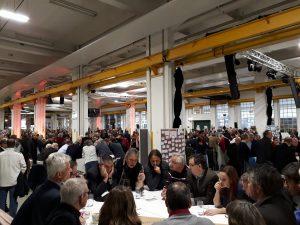 Menschen diskutieren an Thementischen beim Workshop der Bundes-SPD zur Erneuerung