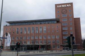 Blick auf den sogenannten Himbeerpalast von Siemens an der Werner-von-Siemens-Straße in Erlangen