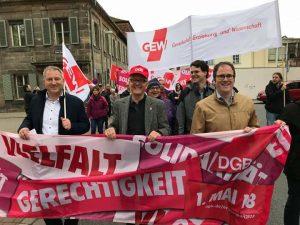 Blick auf die Spitze der Maidemonstration in Erlangen mit dem Banner Solidarität - Vielfalt - Gerechtigkeit und unter anderem dem DGB-Vorsitzenden Wolfgang Niclas und Oberbürgermeister Florian Janik