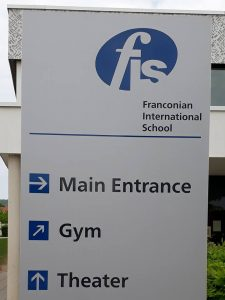 Schild am Eingang der Franconian International School