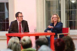 Florian Janik und Natascha Kohnen im Gespräch, Natascha Kohnen unterstreicht ihr Argument mit angehobener Hand.