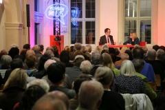 Blick über das Publikum auf die Bühne