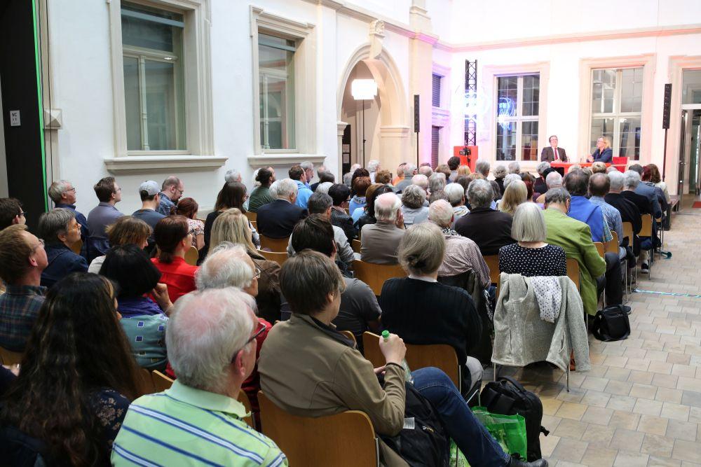 Blick über das Publikum zur Bühne: Der Innenhof im Palais Stutterheim war dicht besetzt.